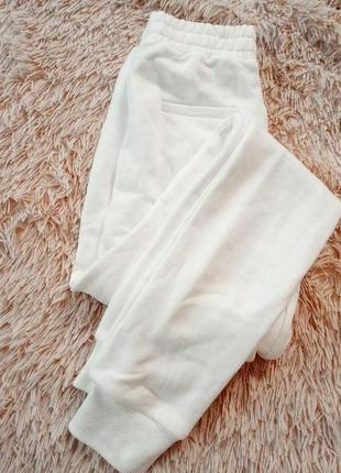 Белые спортивные штаны джогеры
