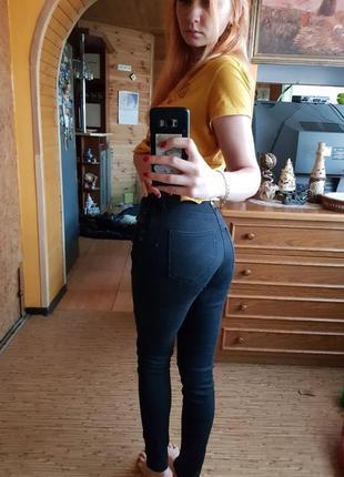 Черные джинсы в обтяжку