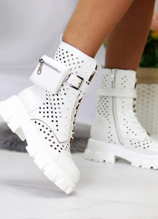 Белые ботинки