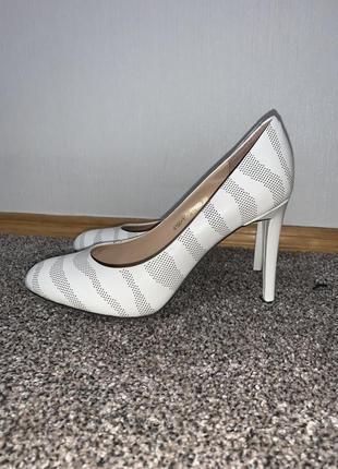 Классные кожаные туфли белого цвета на удобном каблуке новые