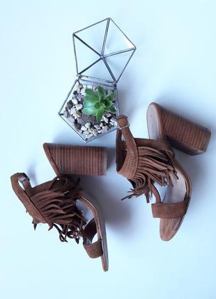 Замшевые босоножки с бахрамой на широком каблуке