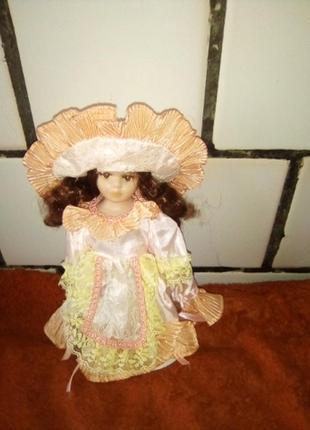 Лялька фарфорова