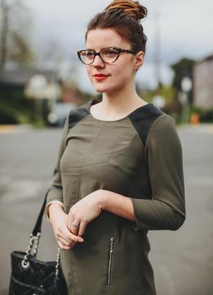 Платье хаки с кожаными вставками на плечах