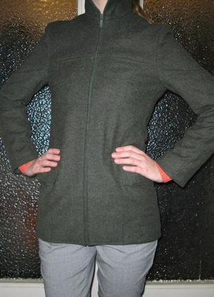 Короткое шерстяное осеннее пальто цвета хаки на замке