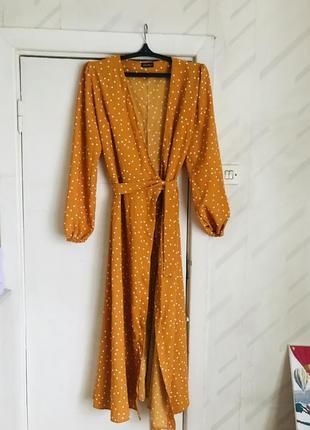 Яркое платье в горошек