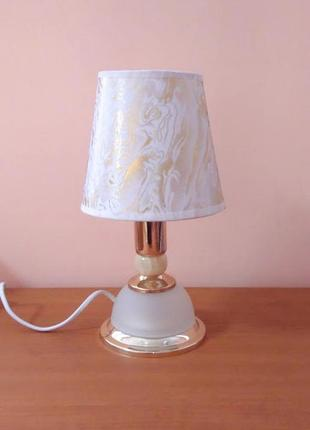 Небольшая настольная лампа ночник с абажуром