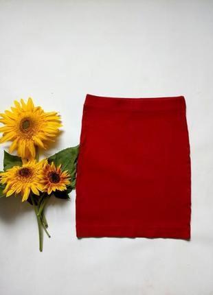 Красная трикотажная юбка в обтяжку