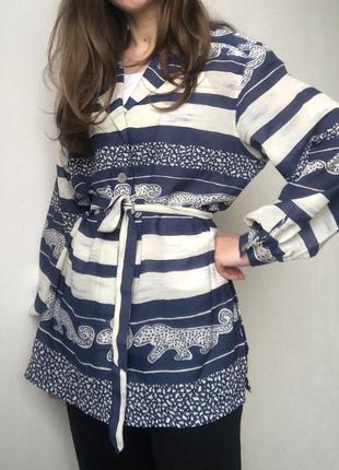 Симпатичная удлиненная блуза прямого кроя с леопардиками