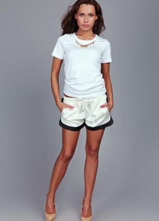 Белая футболка с бусами