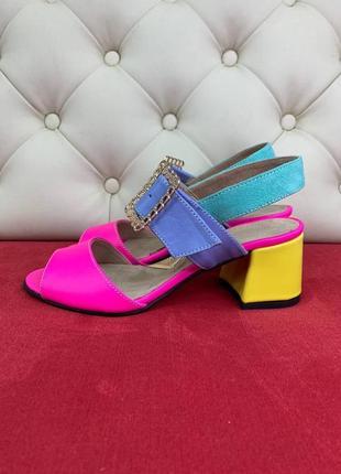 Кожаные яркие босоножки на каблуке
