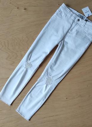 Новые белые узкие  джинсы скинни с потертостями  new look