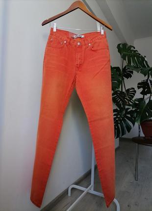 Яркие прямые  джинсы трубы