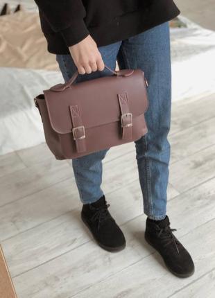 Сумка в форме классического портфеля с нахлестом на магнитах темная пудра