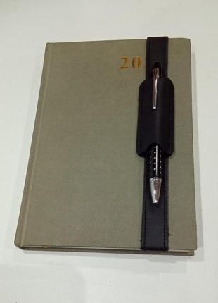 Подручник на ежедневник формата а5 для одной ручки.