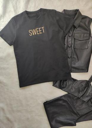Черная футболка с принтом золотыми надписями блестящими стрейч батал