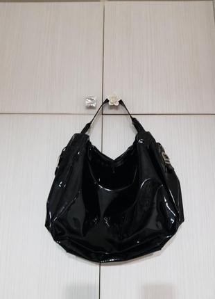 Шикарная лаковая сумка известного бренда