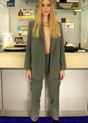 Женский костюм классический оливка в полоску