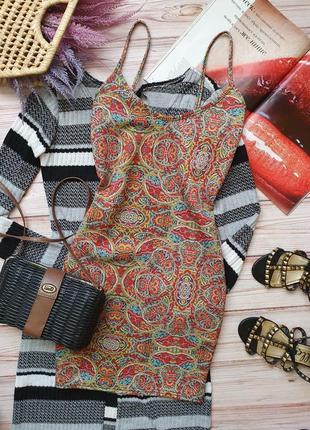 Красивое приталеное платье на тонких бретелях с узорами
