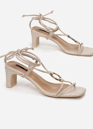 Босоножки на толстом устойчивом каблуке на завязках квадратный носок
