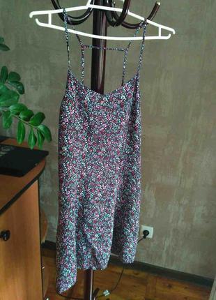 Миленькое цветастое платье с интересной спинкой