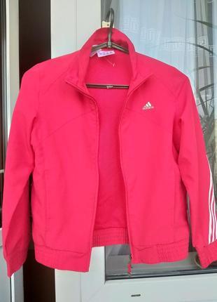 Спортивная курточка ярко красного цвета оригинал adidas.