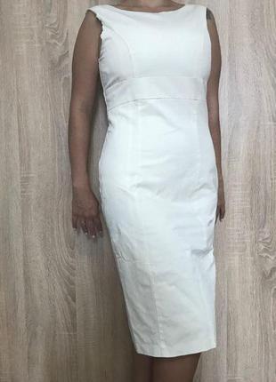 Приталенное платье цвета слоновой кости длины миди