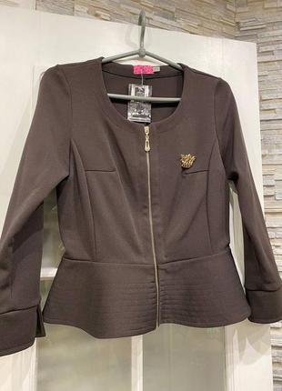Короткий пиджак с баской.