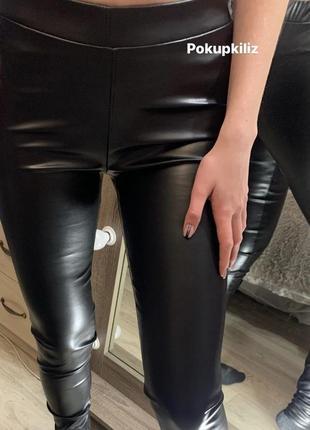 Модель 2021 чёрные кожаные лосины по фигуре штаны с высокой посадкой с напылением экокожи3 фото