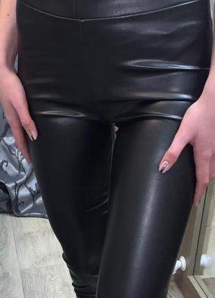 Модель 2021 чёрные кожаные лосины по фигуре штаны с высокой посадкой с напылением экокожи8 фото