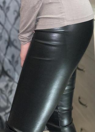 Модель 2021 чёрные кожаные лосины по фигуре штаны с высокой посадкой с напылением экокожи7 фото
