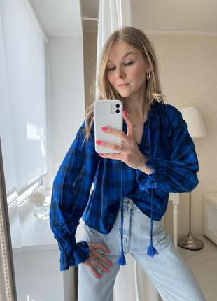 Синяя блузка в клетку вышиванка с воланами