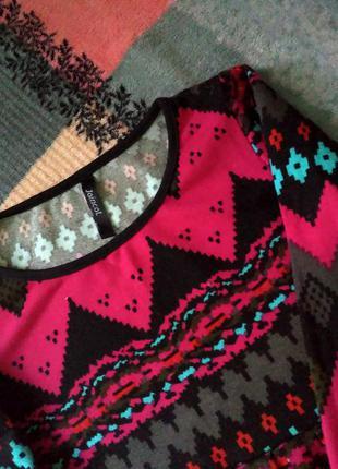 Тёплое платье в орнамент с длинным рукавом