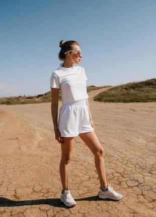 Белый прогулочный костюм женский футболка и шортики