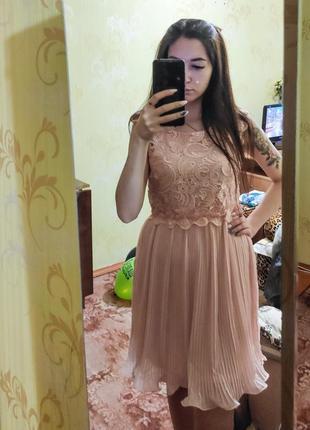 Пудровое праздничное платье