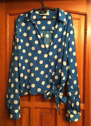 Голубая блуза на запах в крупный горох