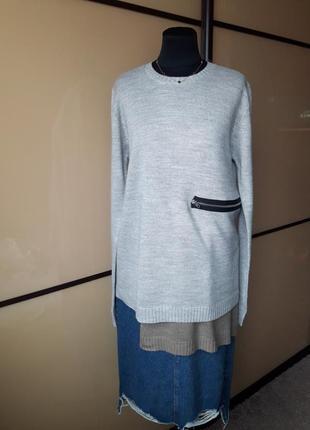 Удлиненный серый свитер джемпер каскадный с декором молния