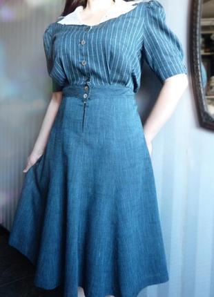 Винтажное платье с кружевным воротником.