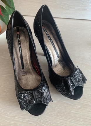 Красивые женские туфли на удобном каблуке стелька 23,5 см