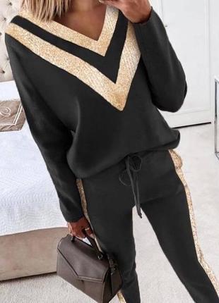 Чорний костюм із золотими вставками