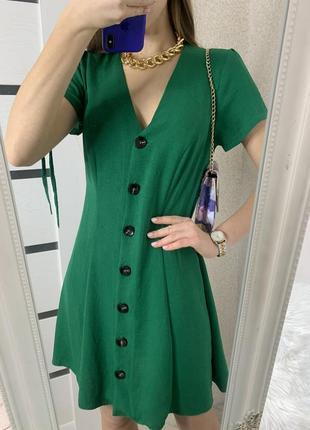 Платье со стильными пуговицами