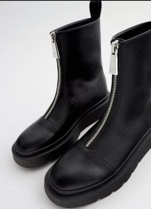 Ботинки на плоской подошве с молнией zara
