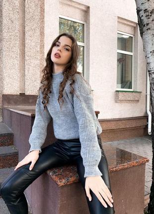 Модный свитер oversize крупного вязания серого цвета