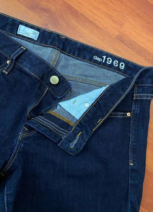 Темно-синие джинсы