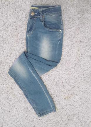 Легкие светлые джинсы