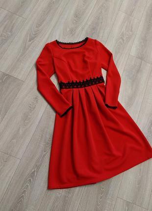 Алое платье с кружевом