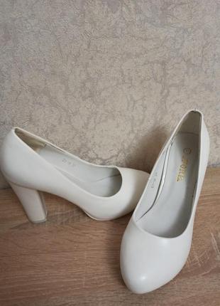 Белые кожаные туфли на каблуке