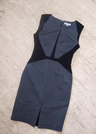 Строгое платье по фигуре серое миди