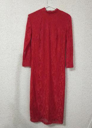 Красное кружевное платье футляр