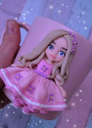 Девочка в розовом из полимерной глины на чашке