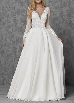 Свадебное платье а-силуэта с кружевным верхом и длинным рукавом